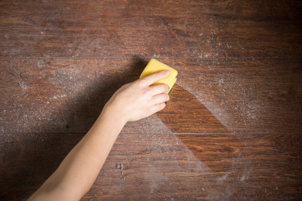 Dřevo vyžaduje mnoho péče a nesnáší vlhkost.