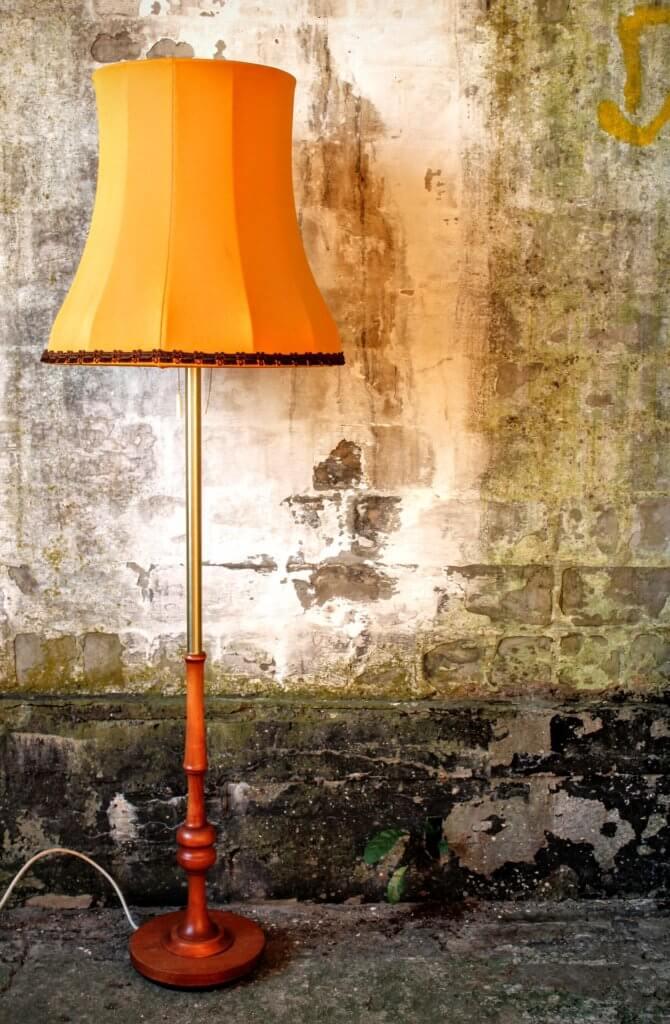 Stojací lampa s textilním stínidlem.
